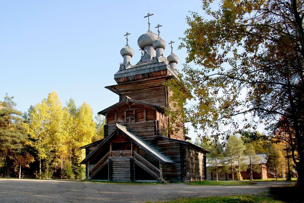 Малые Корелы - музей деревянного зодчества.